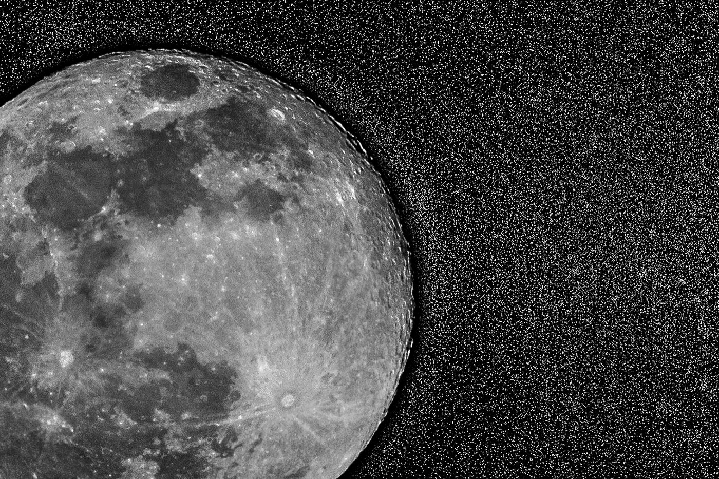 Luna immersa tra le stelle